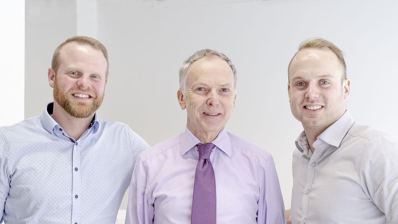 Daniel Rosenbauer, Gerhard Weisser und Jonathan Weisser im Immobilienbüro Fürth